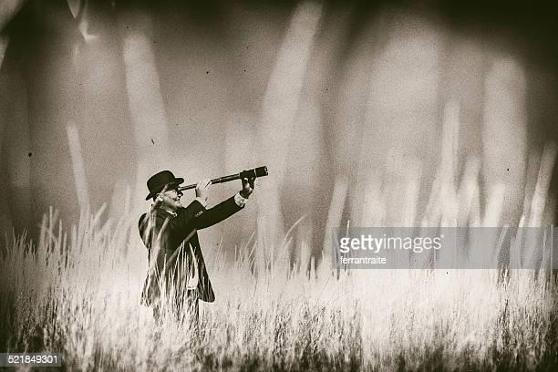 empresario va a spyglass de tall grass - persecución conceptos fotografías e imágenes de stock