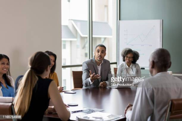 ビジネスマンは会議中にポイントを作る - 運営委員会 ストックフォトと画像