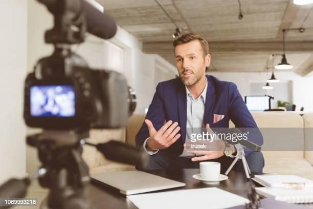 homem de negócios fazendo um vídeo blog - izusek - fotografias e filmes do acervo