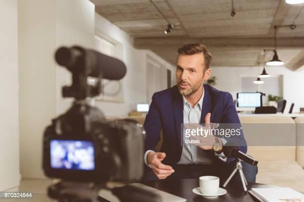 businessman making a video blog - izusek imagens e fotografias de stock