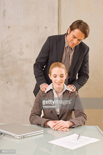 businessman massaging woman's back - massage homme femme photos et images de collection