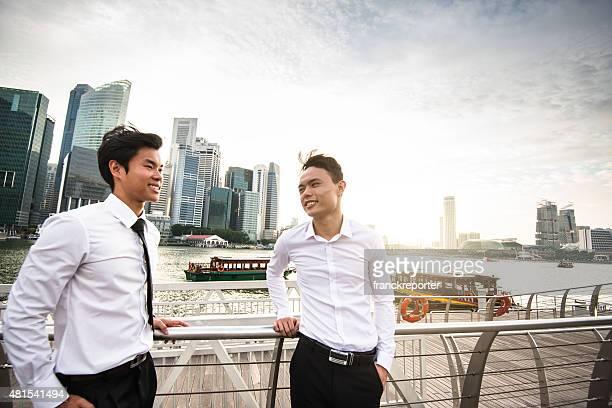 ビジネスマンのミーティングには、シンガポールの街
