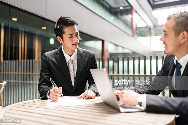 実業家ミーティングには、金融地区の建物 - 営業職 ストックフォトと画像