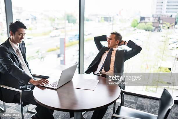 Uomo d'affari riunione del quartiere finanziario edificio