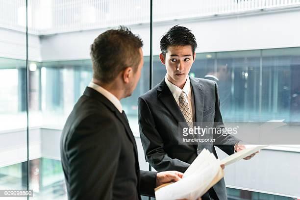 businessman meeting on the financial district building - formele zakelijke kleding stockfoto's en -beelden