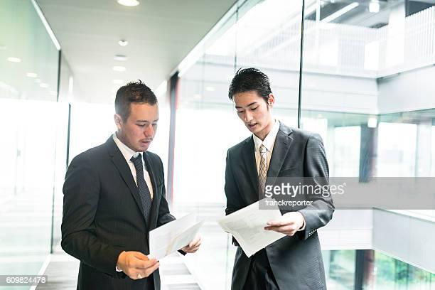 homem de negócios na reunião no distrito financeiro de construção - vestuário de trabalho formal imagens e fotografias de stock