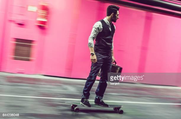 Geschäftsmann auf einem skateboard