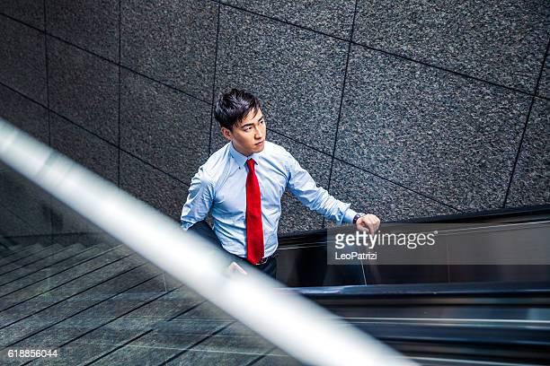 実業家エスカレーターを降り、地下鉄駅から - 地下鉄電車 ストックフォトと画像