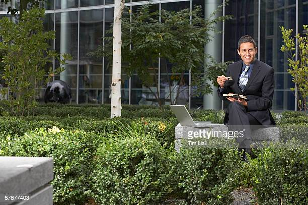 businessman on lunch break - 中庭 ストックフォトと画像