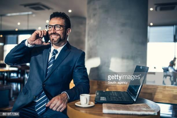 empresário no celular - gravata - fotografias e filmes do acervo