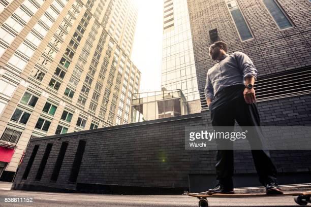 Affärsman på skateboard