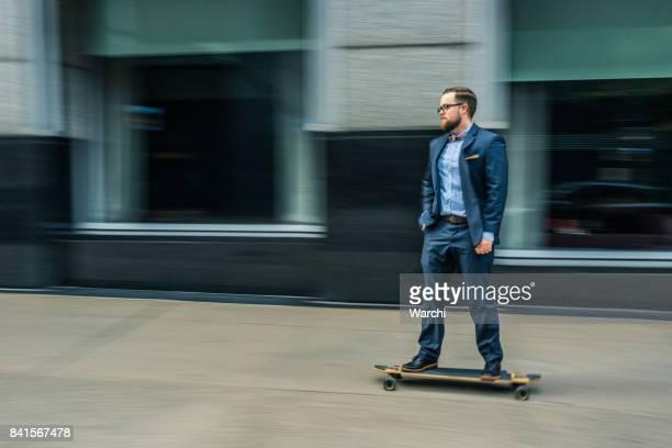 Zakenman op skateboard