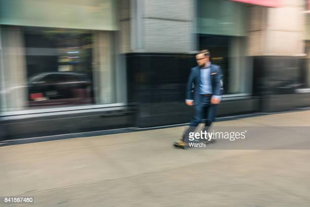 Homme d'affaires sur un skate