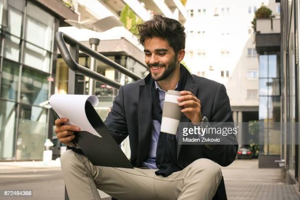 Zakenman op straat lezing document.