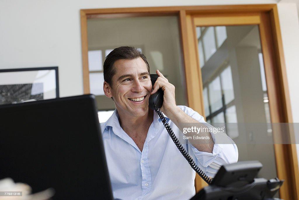 Geschäftsmann am Telefon im Büro : Stock-Foto