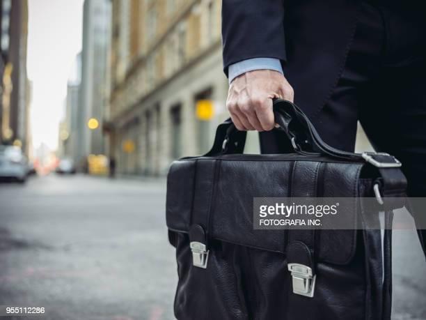 homme d'affaires sur le pouce - crossbody bag photos et images de collection