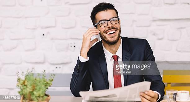 Geschäftsmann am Telefon im Kaffeepause