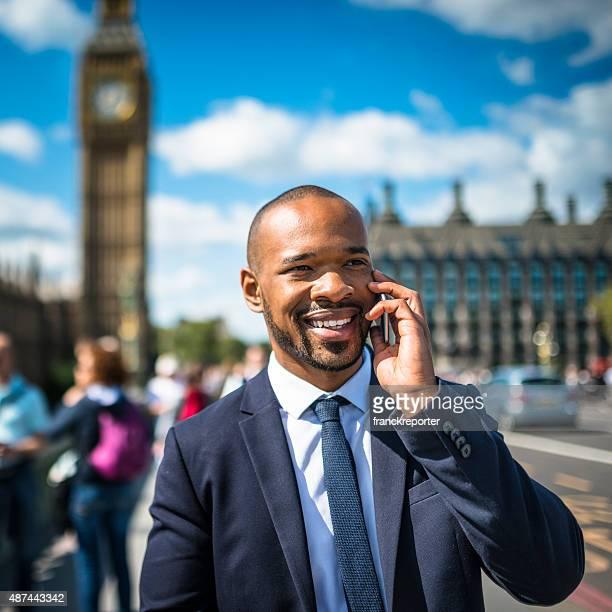 Geschäftsmann auf dem Telefon in London