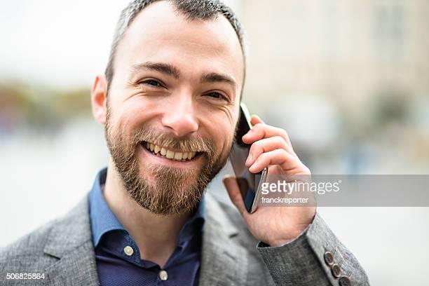 Geschäftsmann am Telefon in der Stadt