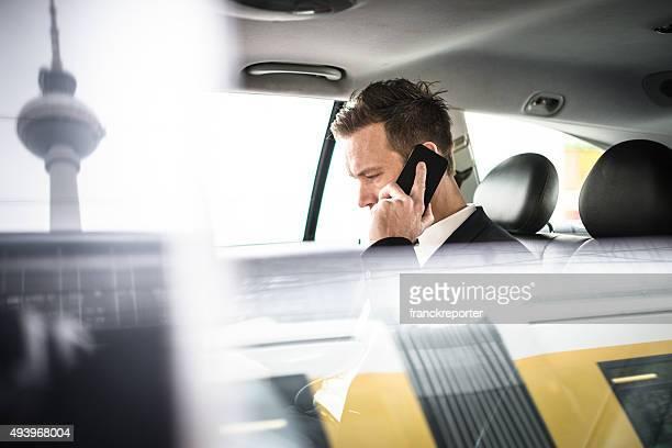 Geschäftsmann auf dem Telefon im taxi in berlin