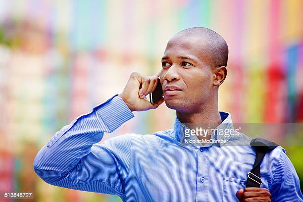 Homme d'affaires sur le téléphone en plein air, dans un cadre urbain
