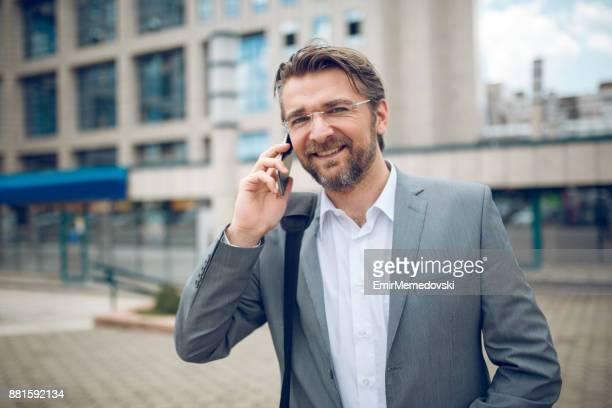 empresário no telefone  - homens de idade mediana - fotografias e filmes do acervo