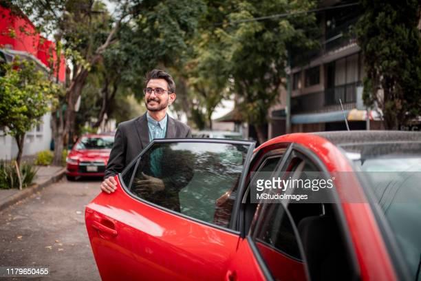 車のドアを開けるビジネスマン - 入る ストックフォトと画像