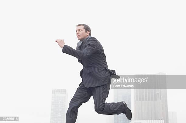 Geschäftsmann springen im Freien