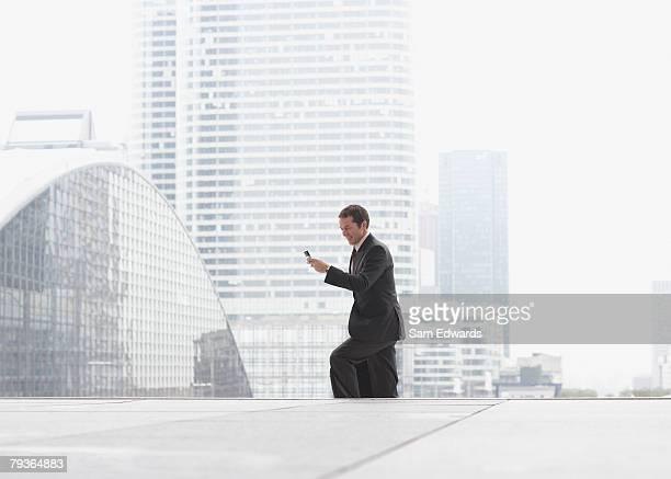 Geschäftsmann im Freien auf Treppe mit Handy