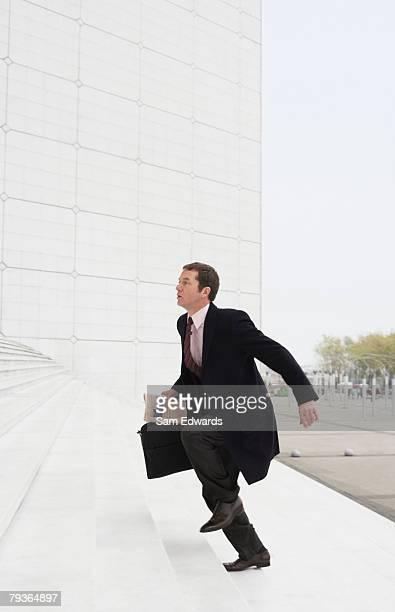 ビジネスマン屋外ランニングアップの階段