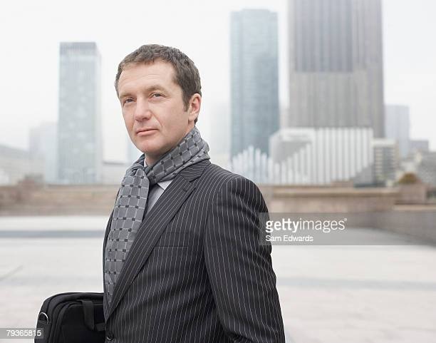 Homme d'affaires avec mallette à l'extérieur