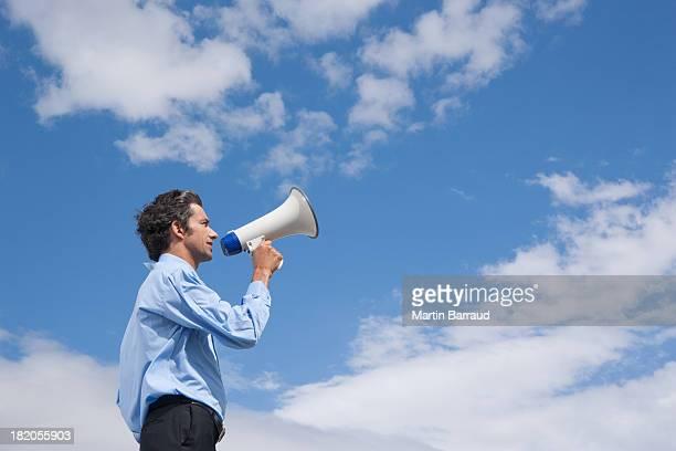homem de negócios ao ar livre com megafone - megaphone imagens e fotografias de stock