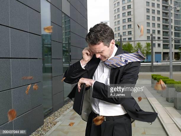 ビジネスマンは、屋外でリラックスしながら、携帯電話