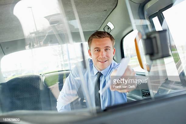 Homme d'affaires payer Chauffeur de taxi