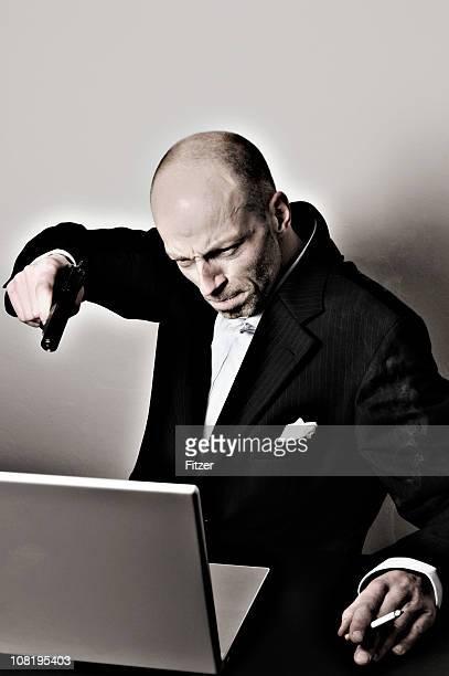 ビジネスマン指を指すゴンモノートパソコンで - 激怒 ストックフォトと画像
