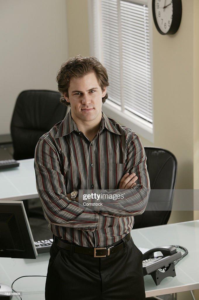 Businessman posing in office : Stockfoto