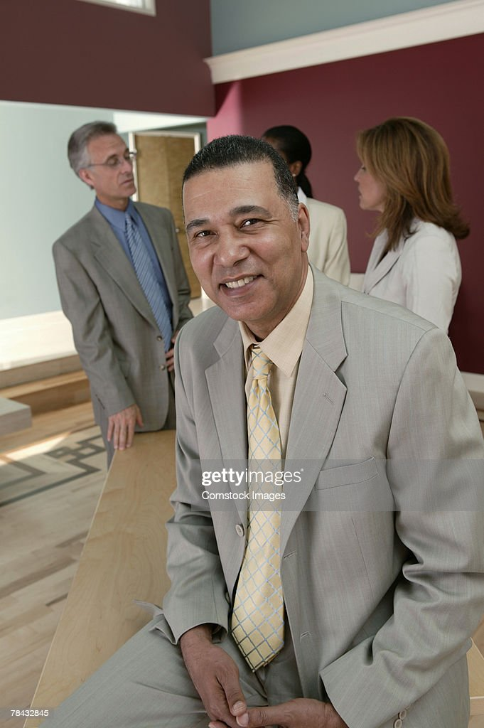Businessman posing with others : Stockfoto