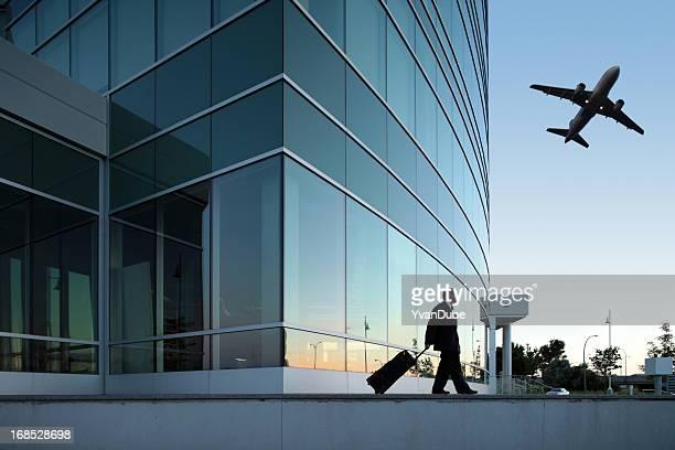 Homme d'affaires tirant est bagages en plein air