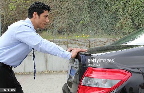 Geschäftsmann Schieben ein Auto