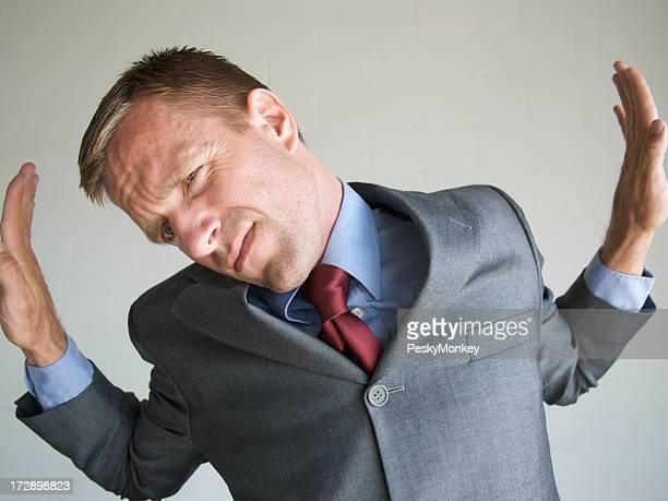 Uomo d'affari spingere contro le pareti della scatola Frame
