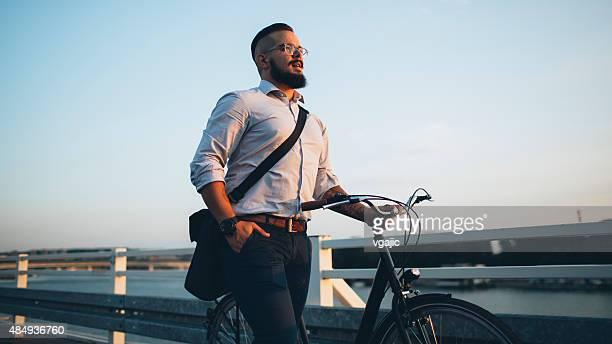 実業家と自転車を押してホームまで。