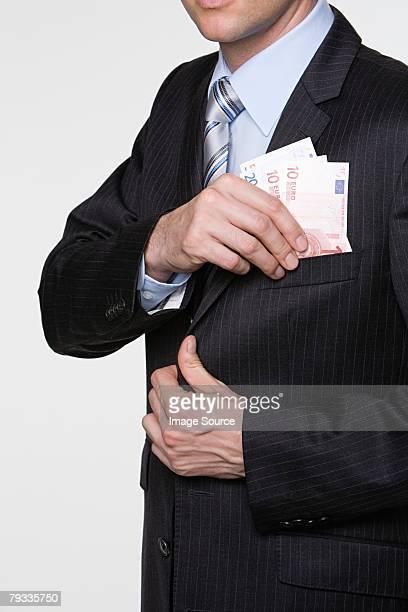 はめるビジネスマンユーロのポケット