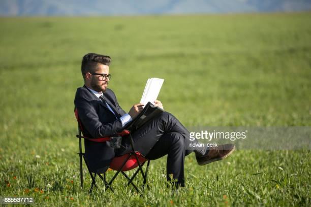 Homme d'affaires lire le carnet de notes