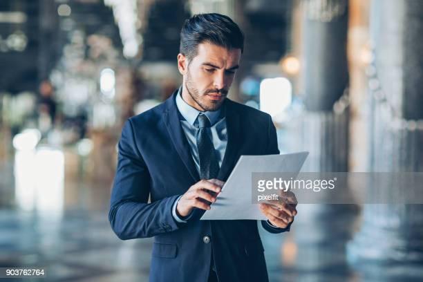 Geschäftsmann Lesen von Dokumenten