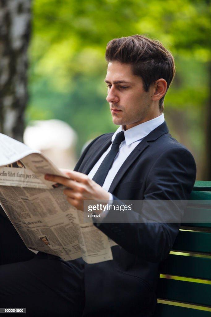 Geschäftsmann liest Zeitung im Park : Stock-Foto