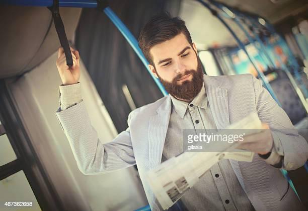 Homme d'affaires lisant un journal sur un public en.