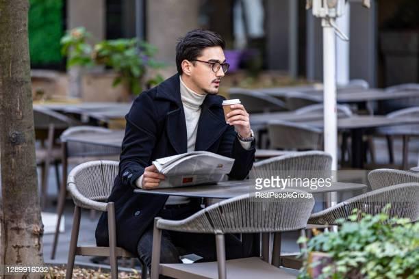 empresario leyendo periódico - ginger lee fotografías e imágenes de stock