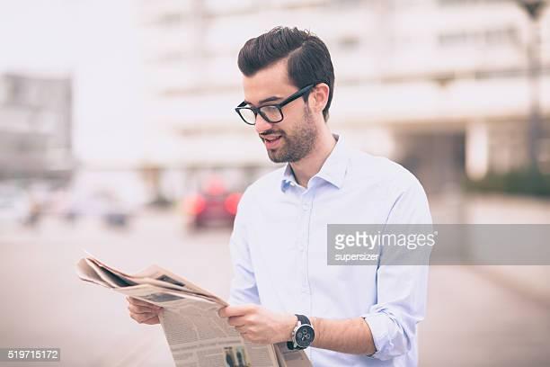 Homme d'affaires lecture de journal