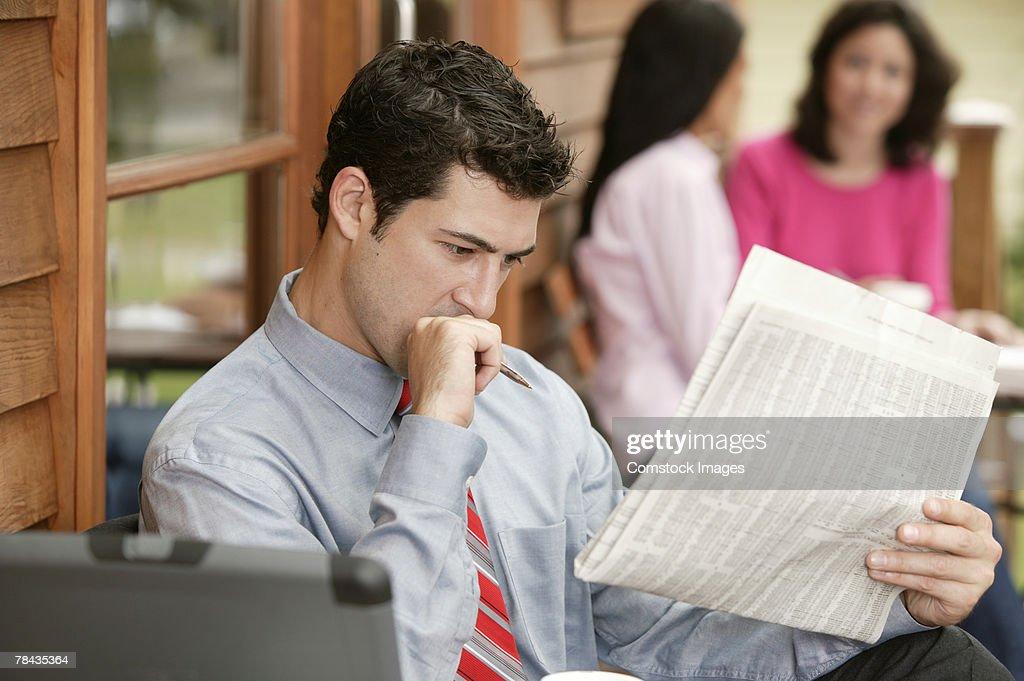 Businessman reading newspaper : Stockfoto