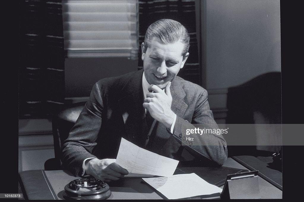 Businessman reading report (B&W) : Stockfoto